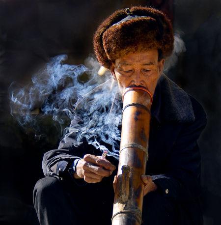 老勐赶集 水烟筒之乡,解密云南十八怪竹筒当烟袋:水烟筒的文化特点,以及抽云南玉溪水烟丝毛烟丝的优点